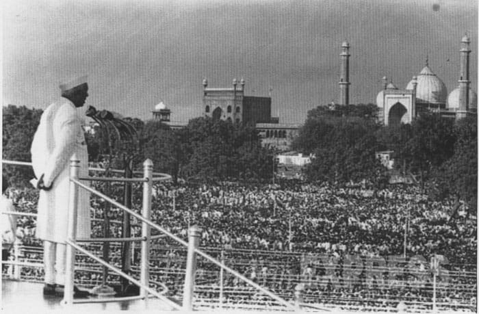 Prime Minister Nehru addresses crowds at the Red Fort